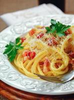 carbonara pasta på bordet foto