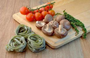 färsk pasta förbereda med hälsosam ingrediens.jpg foto