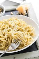 spaghetti med pesto och ost, närbild, selektiv inriktning foto