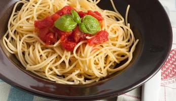 spaghetti med färsk tomat och basilika foto