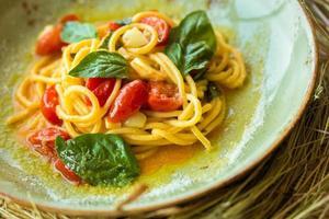 hemlagad pasta med basilika och tomater foto