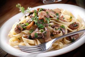 pasta med sauterade svampar foto