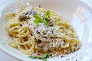 stor tallrik med pastaspagetti med svamp och kronärtskockor