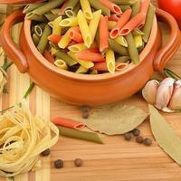 makaroner, nudlar och kryddor foto