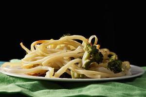 pasta med broccoli i mörkret foto