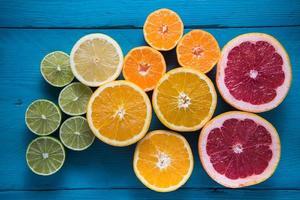 färska citrushalvklippta frukter ovanför foto