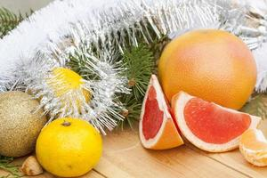 mogen snitt röd grapefrukt med nyårs- och juldekoration foto