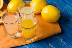 färska citrusfrukter på den blå träbakgrunden foto