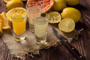 färska citrusfrukter på träbakgrunden foto