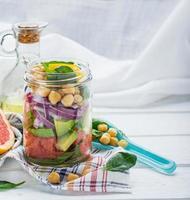 färsk vårsallad av grapefrukt, avokado, söt lök, spenat och foto
