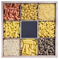 sortiment av pasta i en trälåda foto
