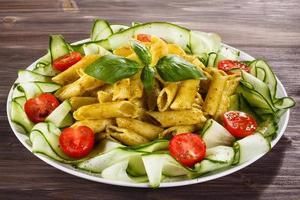 pasta med pestosås och parmesan foto