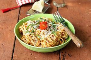 traditionell pasta med tomatsås spagetti bolognese med parmesan foto