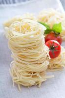 torr pasta med färsk basilika foto