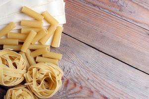 rå pasta på en träbakgrund foto