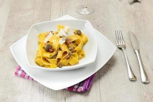 pasta med bönor och bacon foto