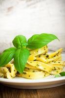 kokt hemlagad pasta med pesto och basilika