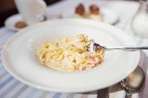 pasta carbonara med skinka och ost foto