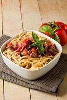 pasta med italiensk korvköttsås foto