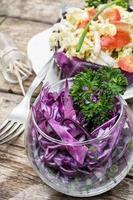 sallad med färska grönsaker foto