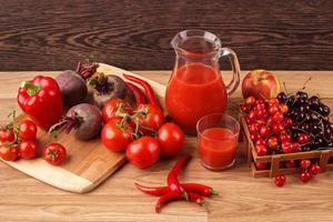 diverse röda råa organiska grönsaker och frukt foto