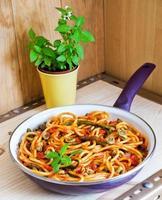 bucatini pomodoro med säsongsbetonade grönsaker