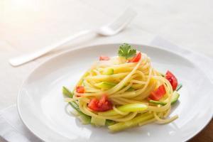 spaghetti med zucchini, purjolök och färsk tomat foto