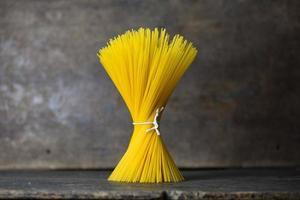 rå pasta på trä foto