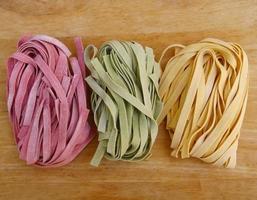 färgglad pasta fettuccine foto
