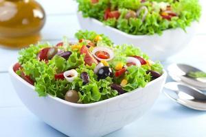 färsk mexikansk sallad med oliver och röda bönor foto