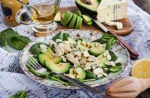 avokado och sallad med blå ost foto