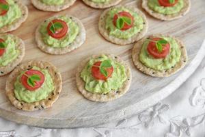 grön avokado och tomatknäckare foto