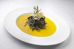 maträtt med pasta och fisk foto