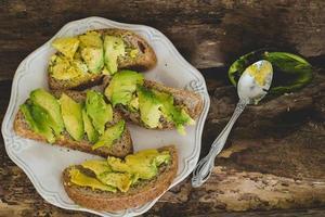 avokadosmörgås på bordet foto