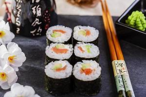 klassisk sushi med lax och avokado foto
