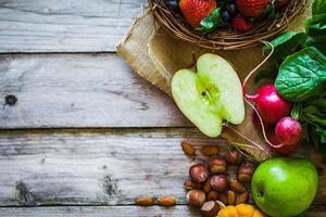 frukt och grönsaker på rustik bakgrund foto
