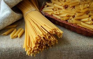 flera typer av pasta på bordet.