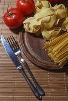italiensk pasta med tomater foto