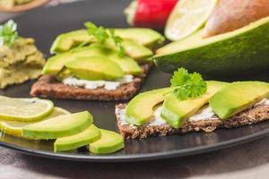 avokado smörgås foto