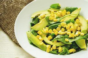 sallad med majs, spenat och avokado foto