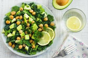 sallad med savoykål, avokado och kikärter foto
