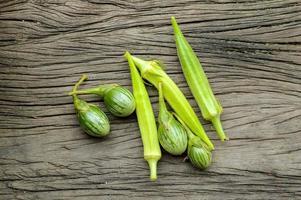 aubergine och okra foto
