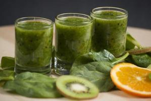 färsk grön smoothie med spenat och kiwi foto