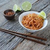 nudlar i thai stil eller pad thai (thailändsk mat) foto