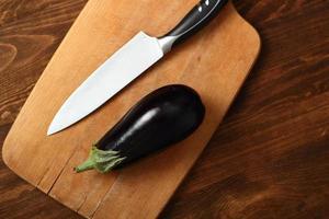 matlagning aubergine. skärande. foto