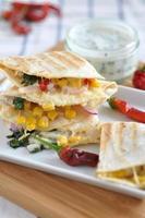 quesadilla med kyckling, majs och grönsaker foto