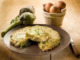 omelett med kronärtskockor foto
