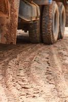 lastbil med bakhjulspår. foto