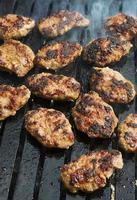 turkiska kofte ekmek, grillade köttbullar foto