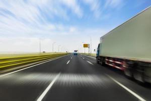 lastbil på en snabb expressväg, rörelsesuddighet foto